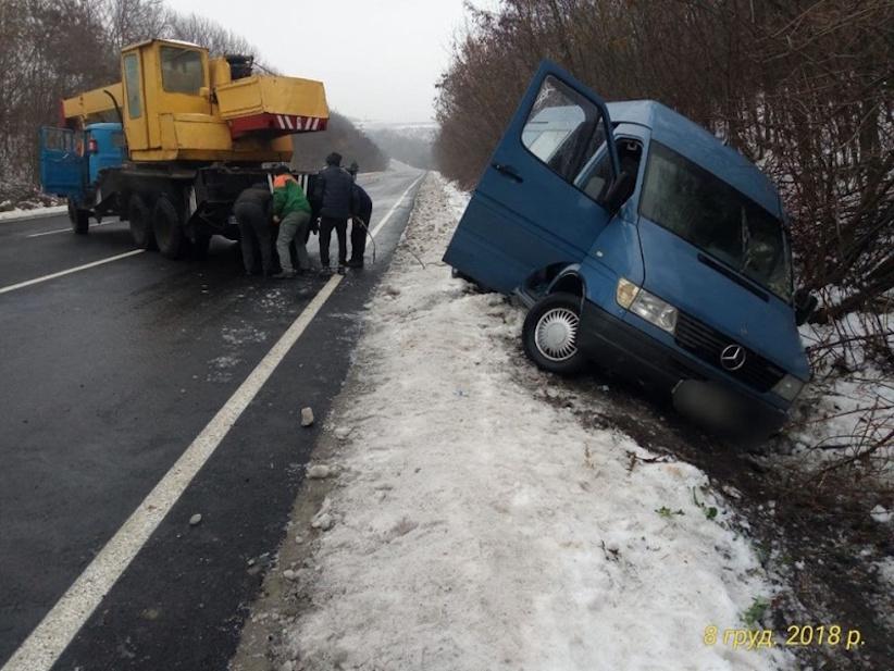 На Буковині водій не впорався з керуванням: мікроавтобус з'їхав у кювет