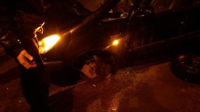 У Чернівцях водій в'їхав у відкритий люк: у машини відірвало передню стійку