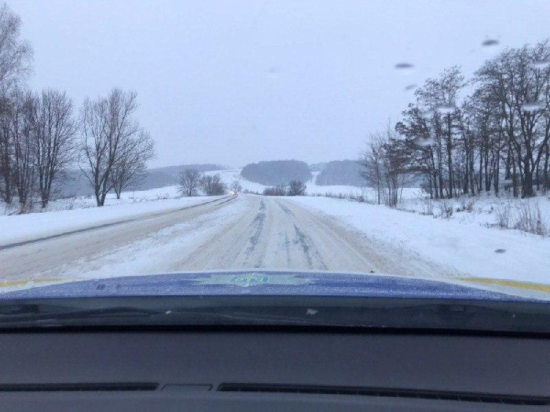 Ожеледиця, сніг та не видно розмітки: стан доріг на Буковині