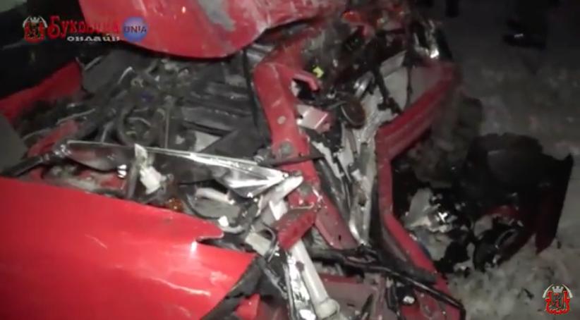 На Буковині у ДТП зіткнулися два авто: одного з водіїв госпіталізували у важкому стані