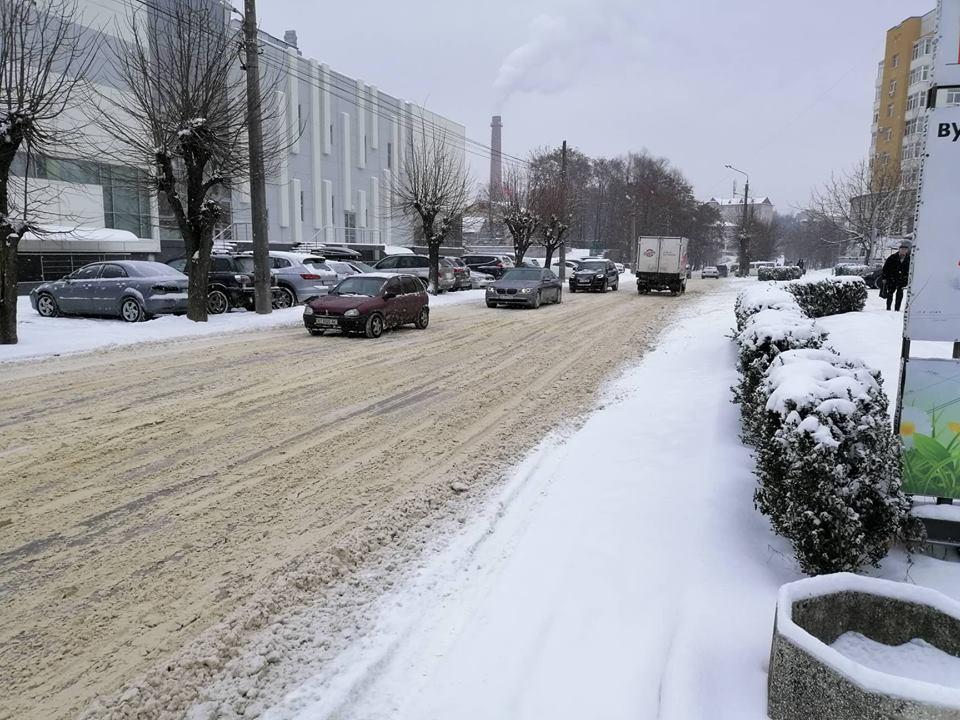 У Чернівцях нікого не каратимуть за неприбраний сніг, бо не було зауважень: відповідь на петицію