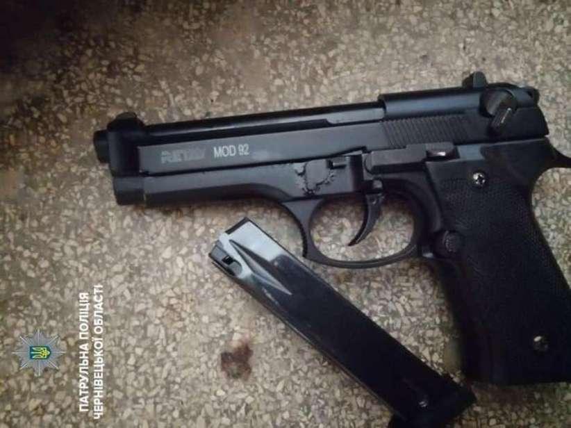 У Чернівцях патрульні затримали чоловіка, який зберігав при собі зброю
