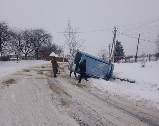 В Чернівецькій області на слизькій дорозі перекинувся мікроавтобус