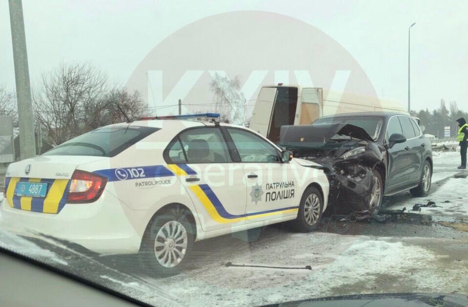 На Житомирській трасі водій PorscheСayenne врізався в авто поліції