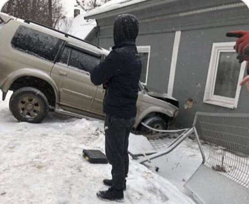 У Чернівцях позашляховик в'їхав у будинок