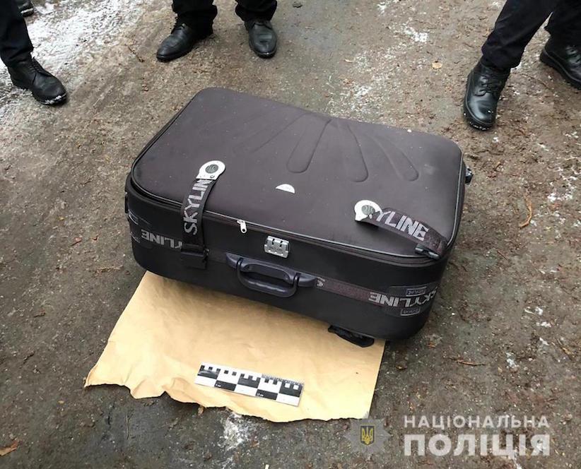 Дівчину, знайдену напередодні мертвою у валізі, опізнали