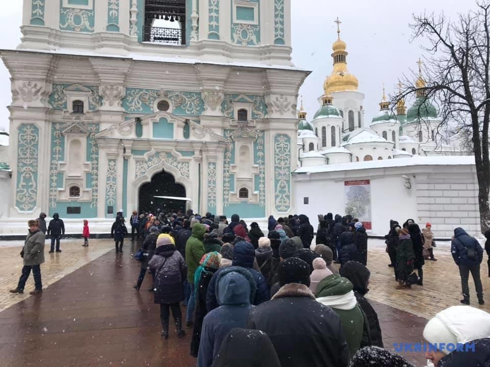 Томос можна побачити у Софії Київській: в черзі до храму – кількатисячна черга