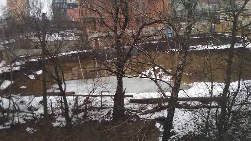 Викопали і забули? Чернівчани скаржаться на небезпечний котлован під будівництво (фото)