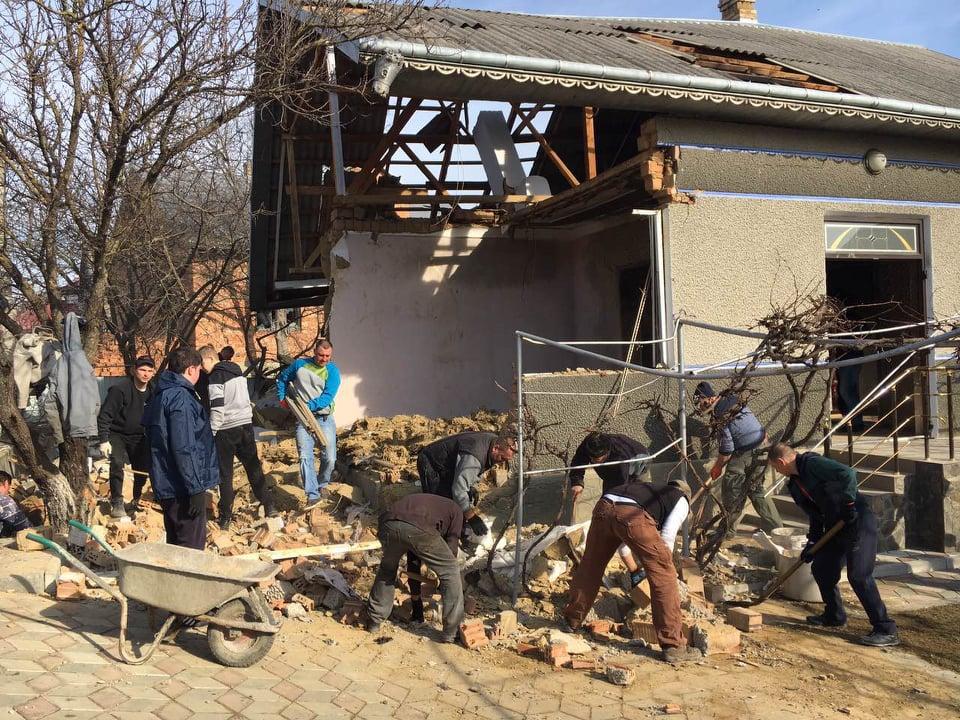 У Горішніх Шерівцях внаслідок вибуху сім'я залишилась без житла: небайдужих просять допомогти