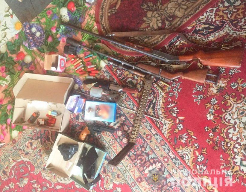 Поліція вилучила арсенал зброї у трьох буковинців
