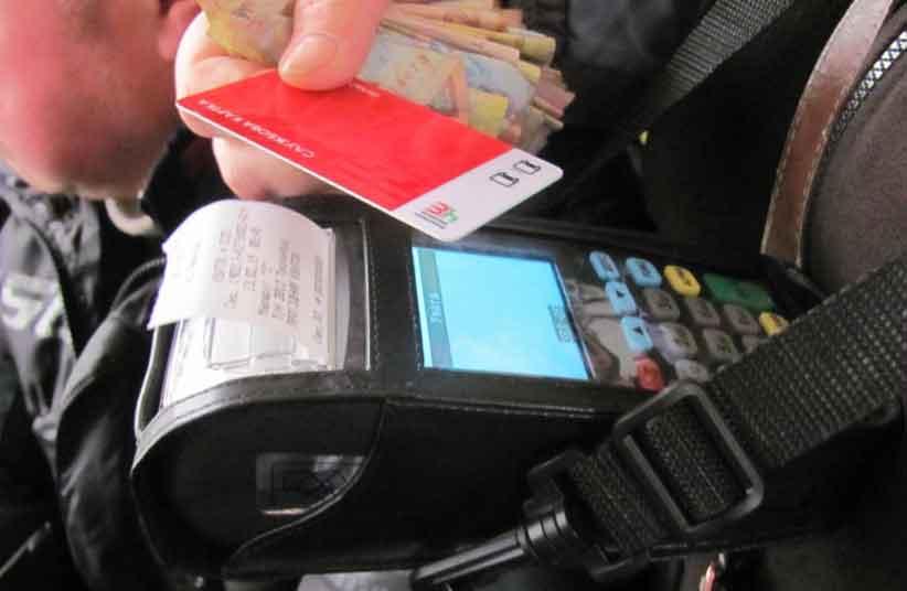 Чернівчанам, яким відмовили у безготівковій оплаті у транспорті, радять скаржитись у міськраду