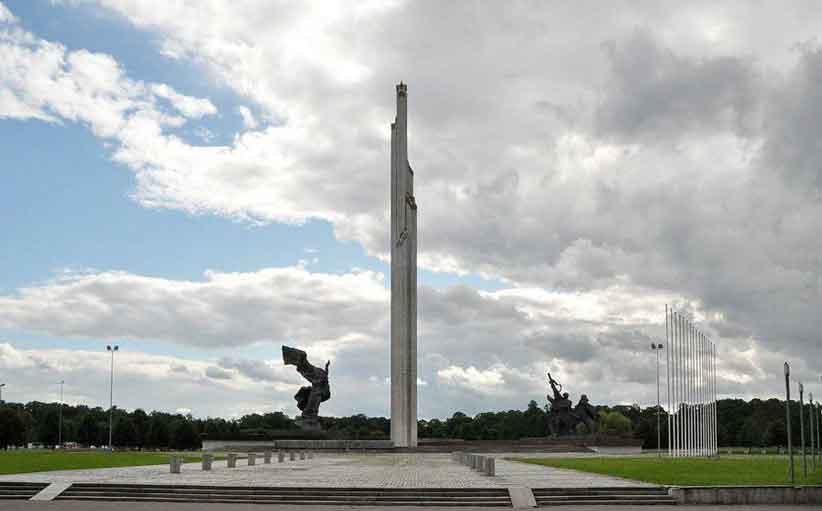 У Латвії за знесення радянського пам'ятника перемоги зібрали 10 тисяч підписів