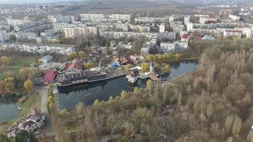 """Чернівчани вимагають заборонити забудову парку """"Жовтневого"""" розважальними закладами – петиція"""