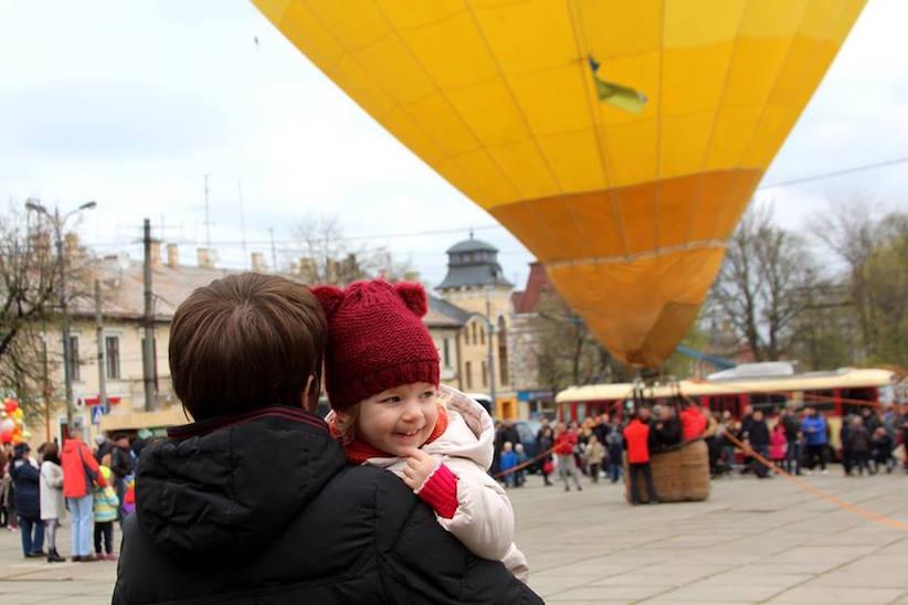 У Чернівцях на туристичному ярмарку у небо підняли повітряну кулю