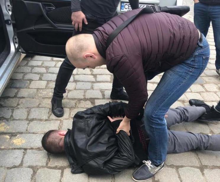 У Чернівцях на хабарі затримали ревізора-інспектора ДФС
