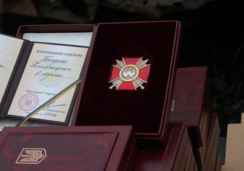 Президент посмертно нагородив загиблу волонтерку, кулеметницю Яну Червону