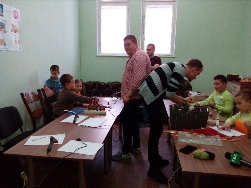 У Чернівцях дітей українських воїнів навчають виготовляти листівки до Дня матері