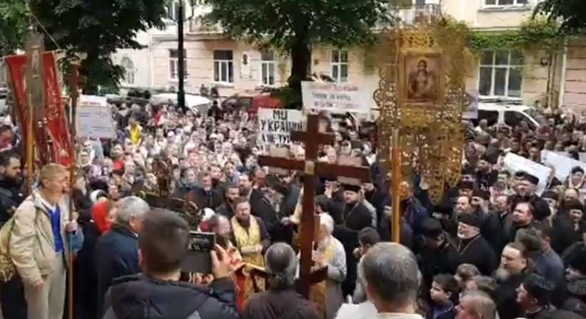Під стінами Чернівецької ОДА парафіяни і священики УПЦ (МП) зібралися на молитовне стояння