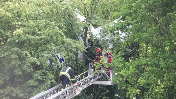 У Німеччині невеликий літак застряг на дереві (фото)