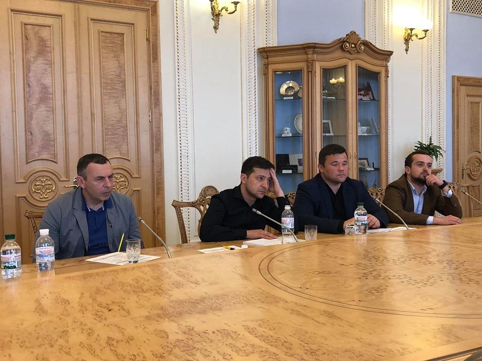 На зустріч Зеленського з головами фракцій не прийшли представники однієї з політсил