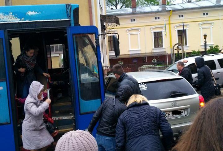 У Чернівцях на Руській зіткнулися тролейбус та легковик (фото)