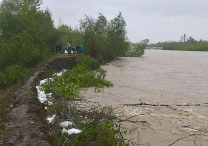 Негода на Буковині: є загроза прориву дамби у Вижницькому районі