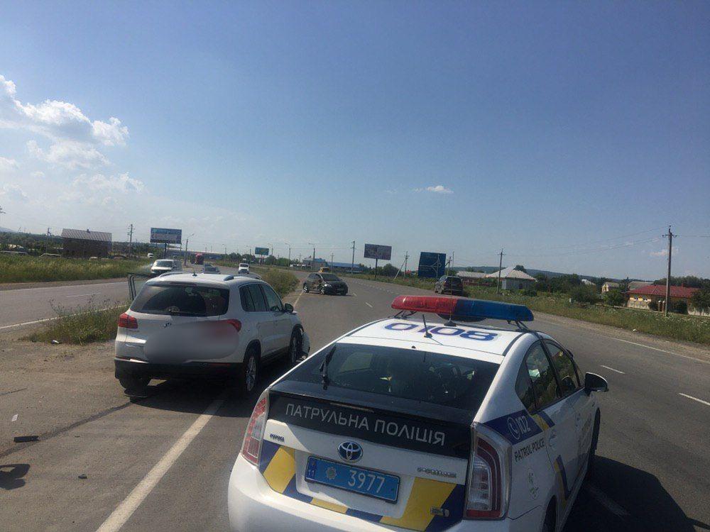 На в'їзді в Чернівці зіткнулися дві автівки (фото)