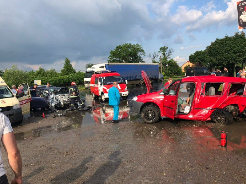 Внаслідок ДТП у Чернівцях постраждали четверо людей (фото)