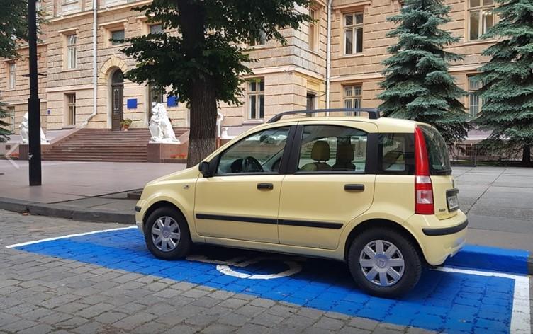 У Чернівцях біля ОДА обладнали парковку для водіїв з інвалідністю