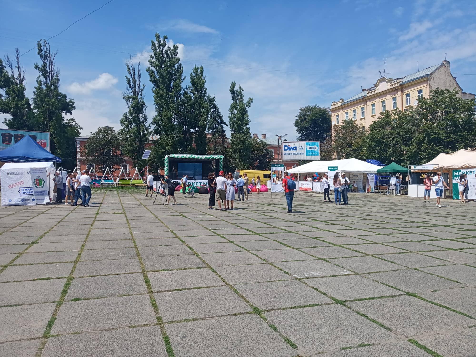 У Чернівцях на Соборній площі проводиться Маркет мов (фото)