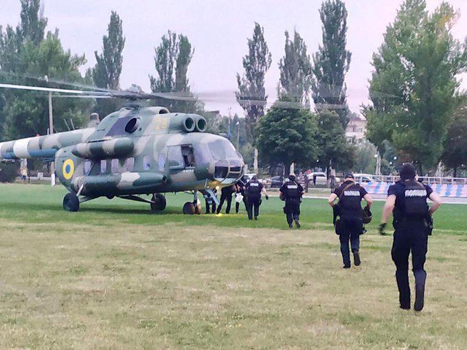 Поліція направила спецпризначенців на гелікоптері до Покровська через сутички біля окружкому