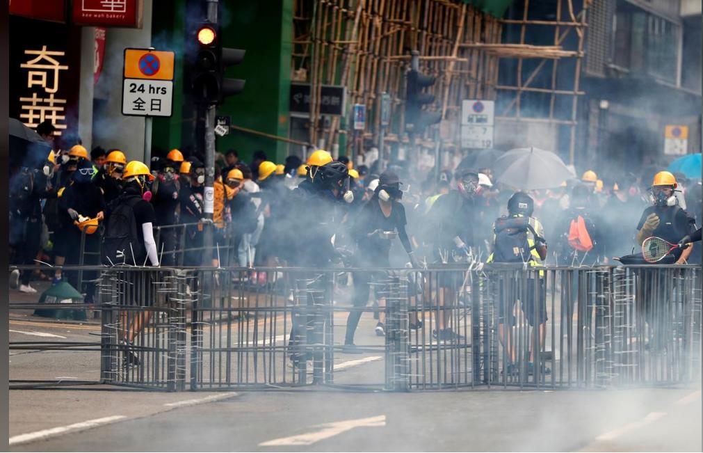 Протести у Гонконзі: знову сутички з поліцією і сльозогінний газ