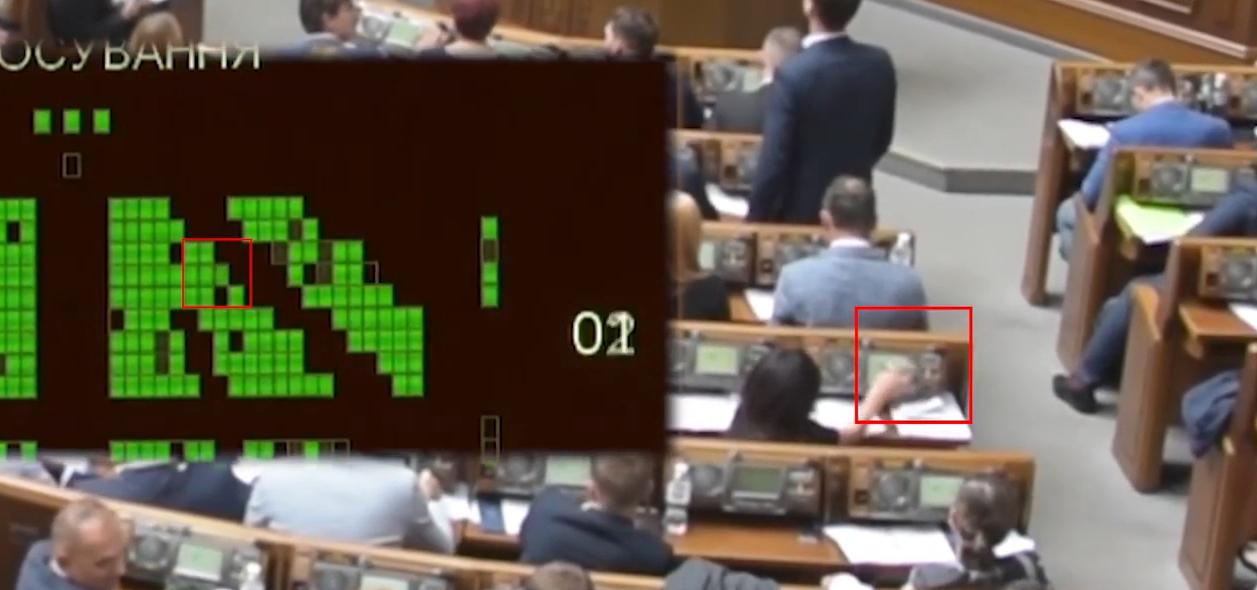 Активісти помітили у Верховній Раді другого «кнопкодава» від Слуги народу — відео