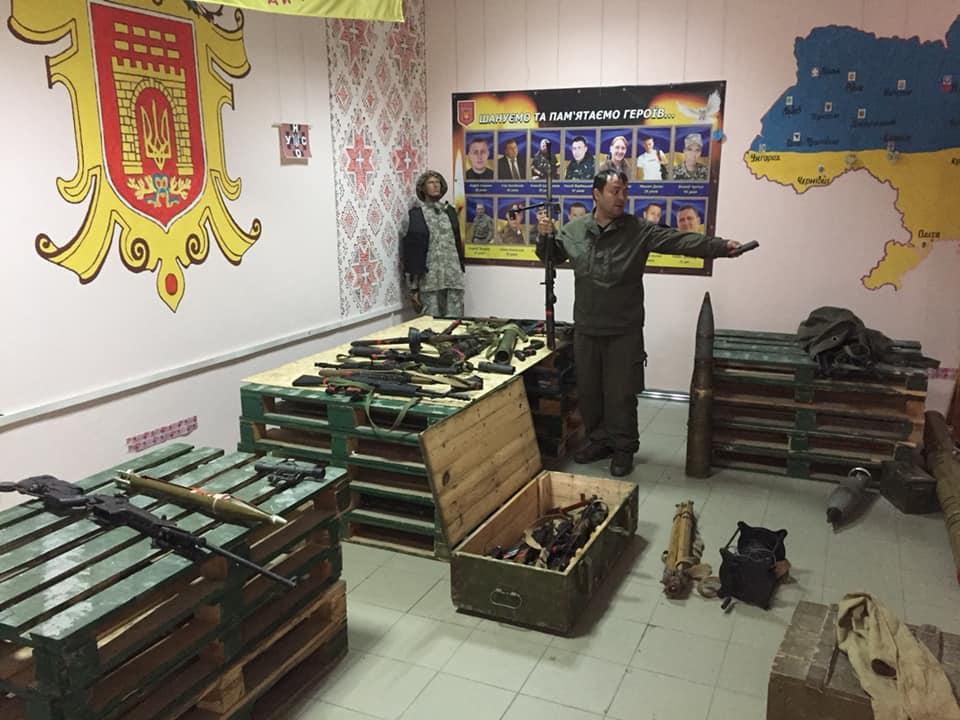 У центрі Чернівців триває виставка зброї