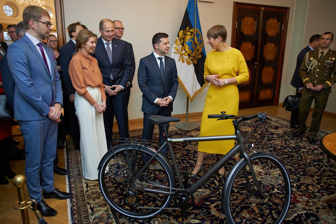 Президент Естонії подарувала Зеленському велосипед