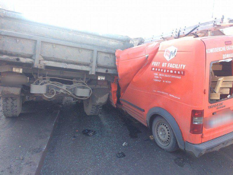 У Чернівцях водій мікроавтобуса протаранив припарковану вантажівку