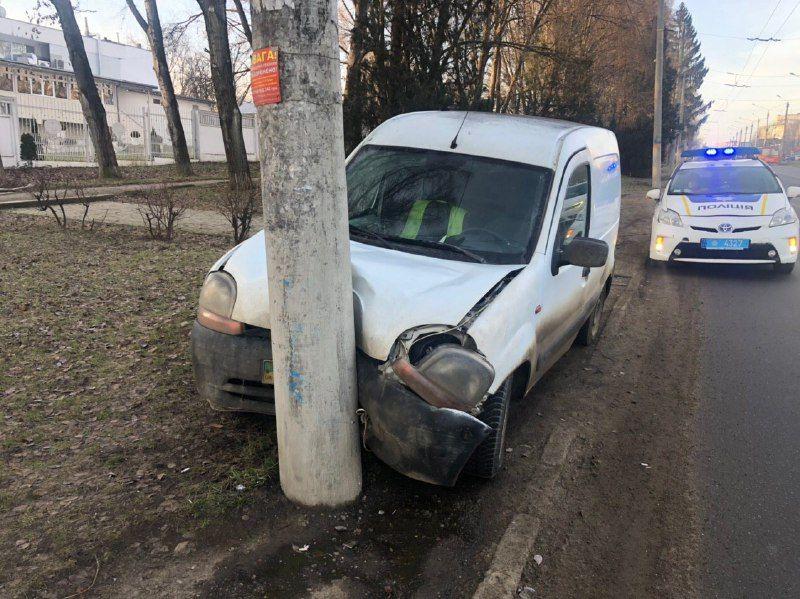У Чернівцях водій автівки протаранив електроопору