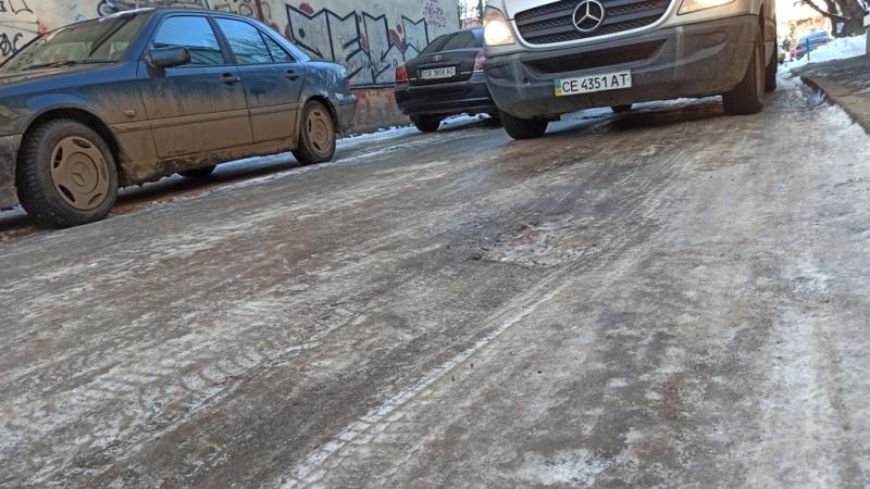 Тротуари і проїзди у Чернівцях перетворилися на ковзанки – МБ