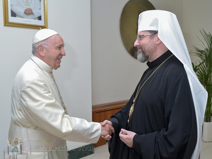 Ікона на дошці від ящика для набоїв: Глава УГКЦ Святослав зробив символічний подарунок Папі Римському