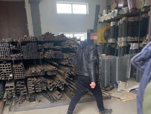 У селі Буденець чоловік відмовився зачиняти магазин будівельних матеріалів