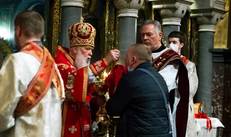 Карантин: Філарет причащав з однієї ложки і давав вірянам по черзі цілувати Біблію