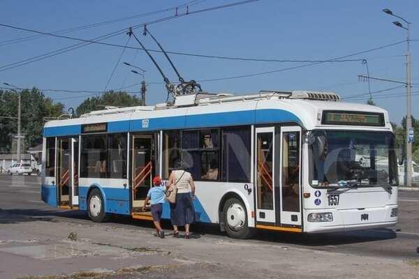 У Дніпрі чоловіка без маски і рукавичок пасажири виштовхали з тролейбуса