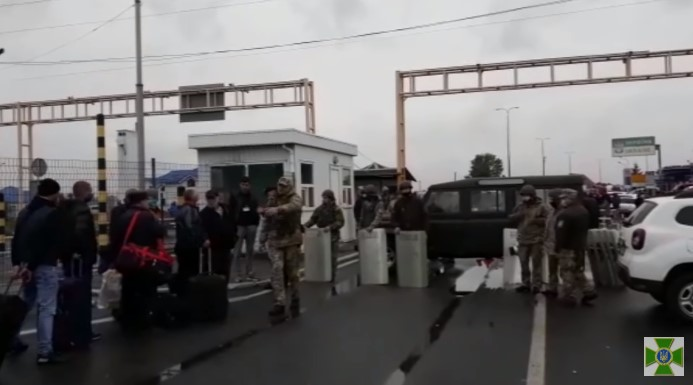 """Водії, які непройшли контроль, заблокували роботу пункту пропуску """"Тиса"""""""
