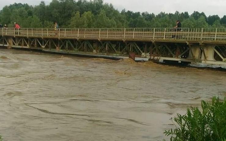 Негода на Буковині: рух транспорту через міст у Маршинцях перекрито
