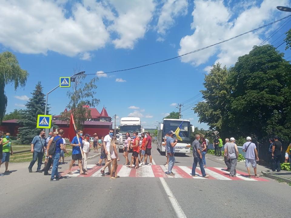 На Хотинщині люди перекрили дорогу, бо не хочуть, щоб центром району стали Кельменці