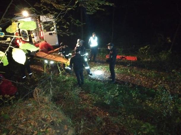 Автівка з п'ятьма людьми злетіла в урвище: загинув буковинець
