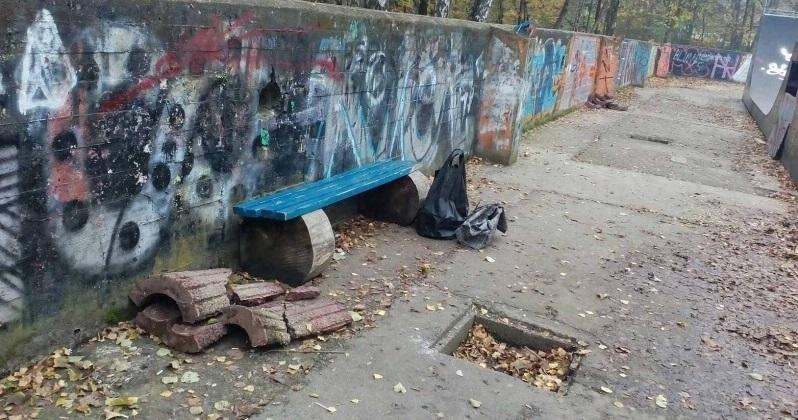 """У Чернівцях невідомі зловмисники пошкодили бетонні смітники у скейт-парку у парку """"Жовтневий"""""""