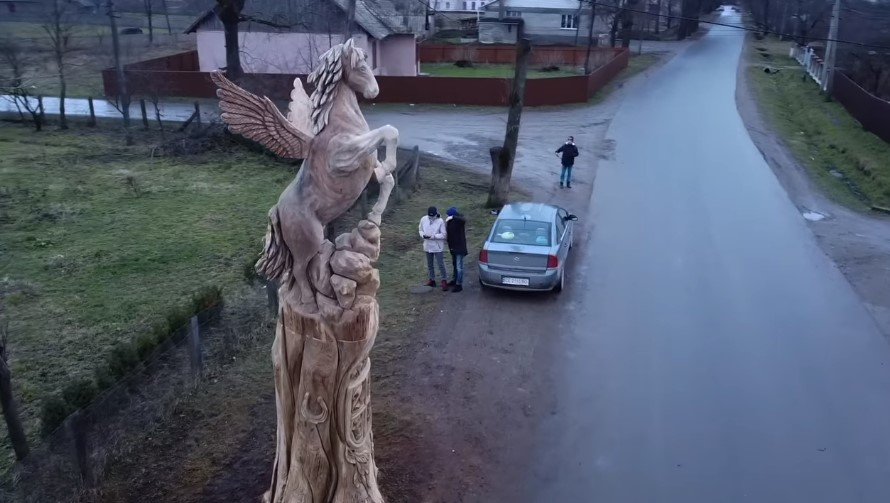 На Буковині селяни виготовили скульптуру зі старого дерева (відео)