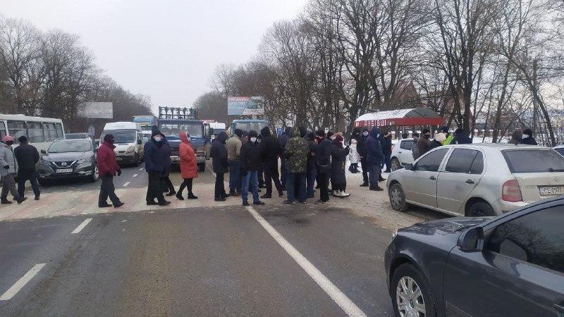 Тарифний протест: у Дубівцях люди знову перекрили автотрасу