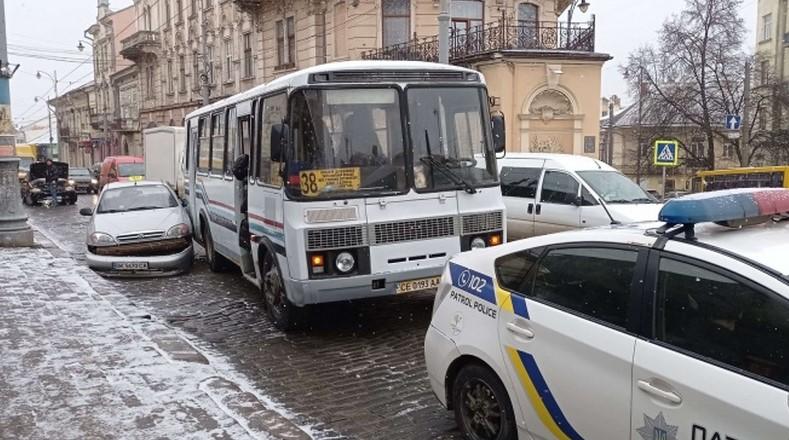 У Чернівцях на вулиці Головній маршрутка протаранила таксі